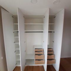 Белый распашной шкаф с графитовыми ручками (5)