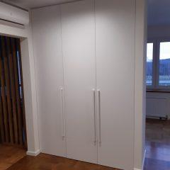 Белый распашной шкаф в гостинной (1)