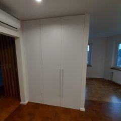 Белый распашной шкаф в гостинной (2)