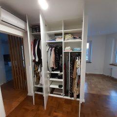 Белый распашной шкаф в гостинной (3)