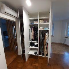 Белый распашной шкаф в гостинной (4)