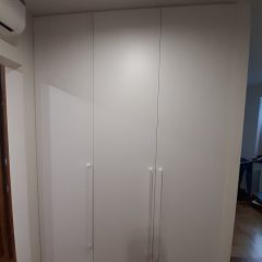Белый распашной шкаф в гостинной (5)