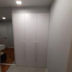 Белый распашной шкаф в прихожей (1)