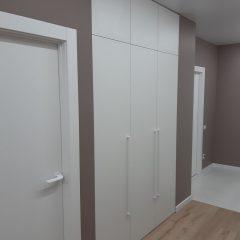 Белый распашной шкаф в прихожей (2)
