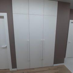 Белый распашной шкаф в прихожей (3)