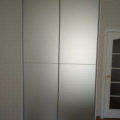 Белый шкаф-купе, наполнение дверей зеркало серебро сатин (2)