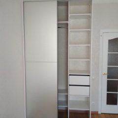 Белый шкаф-купе, наполнение дверей зеркало серебро сатин (3)