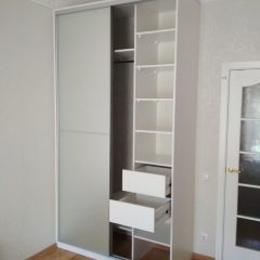 Белый шкаф-купе, наполнение дверей зеркало серебро сатин (4)