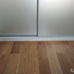Белый шкаф-купе, наполнение дверей зеркало серебро сатин. Не ровный пол