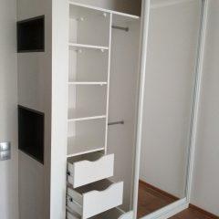 Белый шкаф-купе с нишами (6)