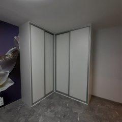 Белый угловой шкаф с фиолетовыми полками (2)