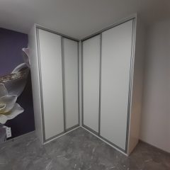 Белый угловой шкаф с фиолетовыми полками (3)