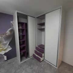 Белый угловой шкаф с фиолетовыми полками (6)