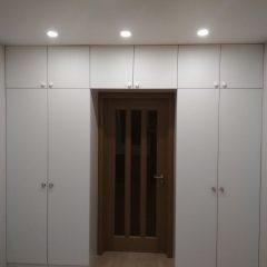 Белый встроенный шкаф с антресолью (1)