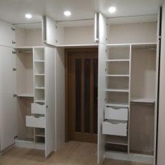 Белый встроенный шкаф с антресолью (2)