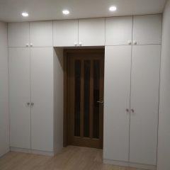 Белый встроенный шкаф с антресолью (3)