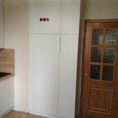 Маленькая белая кухня с пеналом и столешницей Дуб Небраска (1)