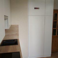 Маленькая белая кухня с пеналом и столешницей Дуб Небраска (5)