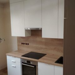 Маленькая белая кухня с пеналом и столешницей Дуб Небраска (6)