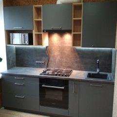 Маленькая кухня с темно-серыми фасадами и деревянными нишами (1)