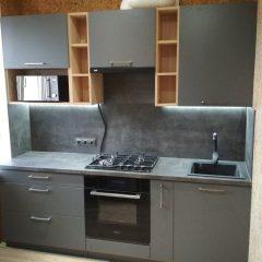 Маленькая кухня с темно-серыми фасадами и деревянными нишами (2)