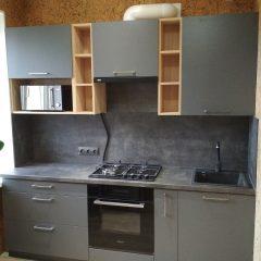 Маленькая кухня с темно-серыми фасадами и деревянными нишами (3)