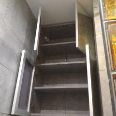 Подвесной шкафчик в ванной с зеркалом (2)