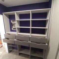 Серая гардеробная с фиолетовыми стенами (1)