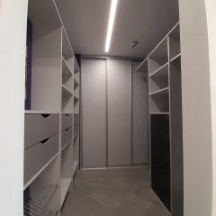 Серая гардеробная с фиолетовыми стенами (2)