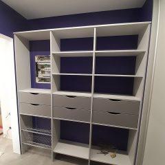 Серая гардеробная с фиолетовыми стенами (7)