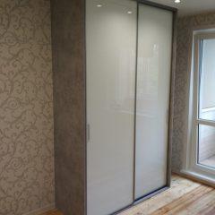 Шкаф бетон светлый и белое стекло (1)