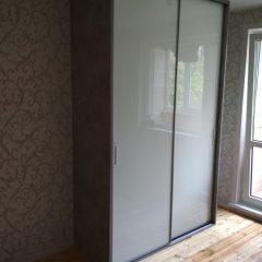 Шкаф бетон светлый и белое стекло (3)