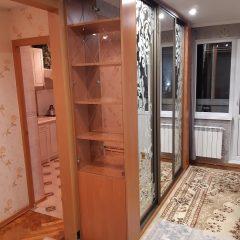 Шкаф-купе с пескоструйным рисунком и витриной в торце (1)
