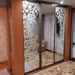 Шкаф-купе с пескоструйным рисунком и витриной в торце (3)