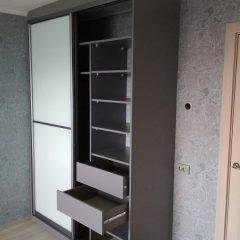 Шкаф-купе цвета графит, наполнение дверей стекло лакобель (6)