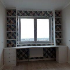 Стол под окном со стеллажами и тумбами (1)