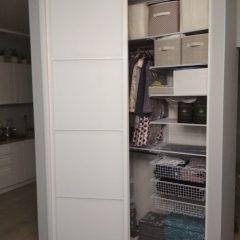 Угловой шкаф-купе с гардеробной системой Planum. наполнение дверей стекло мателак (1)