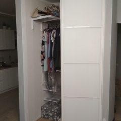 Угловой шкаф-купе с гардеробной системой Planum. наполнение дверей стекло мателак (2)