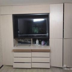 Встроенный распашной шкаф с нишей под ТВ (3)