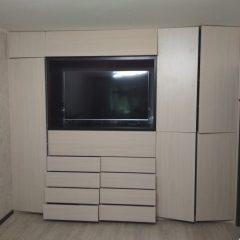Встроенный распашной шкаф с нишей под ТВ (4)