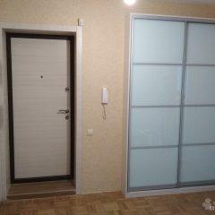 Встроенный шкаф-купе и шкаф-пенал с нишами