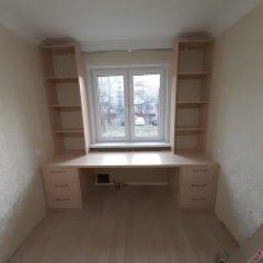 Стол со стеллажами под окном (1)