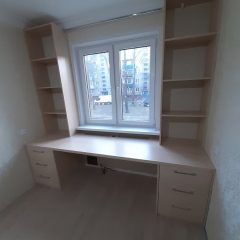 Стол со стеллажами под окном (2)