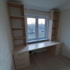 Стол со стеллажами под окном (3)