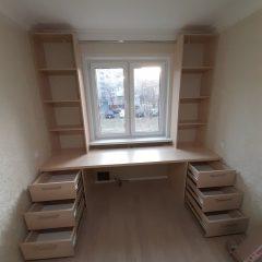 Стол со стеллажами под окном (4)